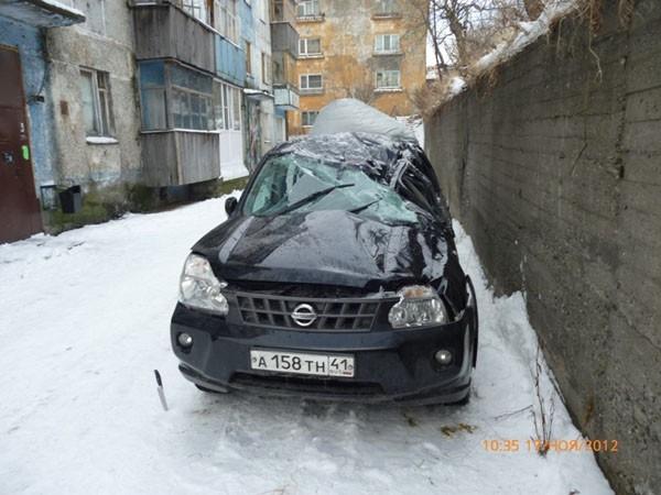 Водитель не справился с управлением, и машина, несколько раз перевернувшись, упала с горки
