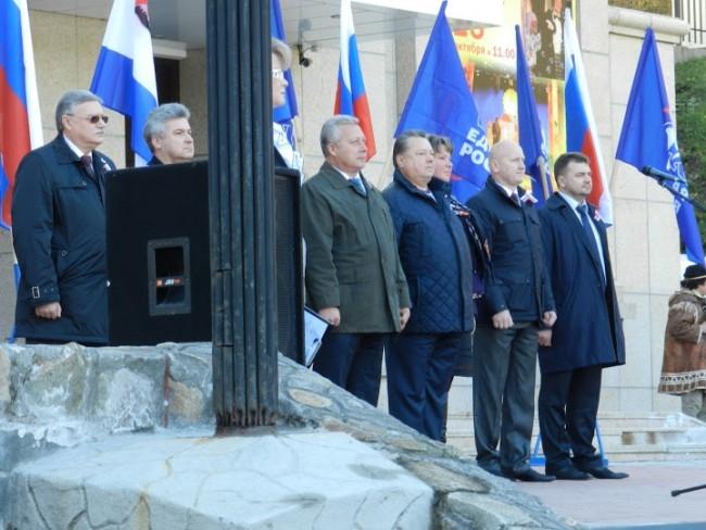 Крайний слева в темных очках — генерал ФСБ федеральный инспектор Владимир Нечипорюк, бывший глава камчатского ФСБ. С другого края стоит недавно избранный сити-менеджер Алексей Алексеев, тоже чекист-пограничник.