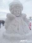 Огромные снежные фигуры выше человеческого роста