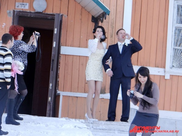 Свадьба зимой: молодожёны на улице долго не задерживаются