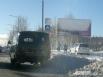 Дорожные знаки, баннеры, машины - всё в снегу