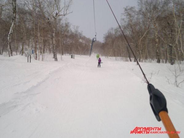 Каникулы — подходящее время для активного спорта. Желающих покататься на горных лыжах было немало