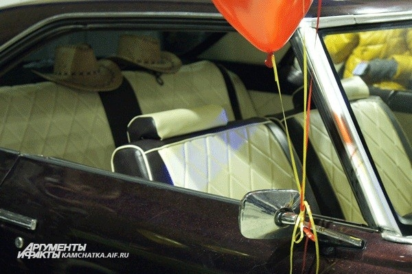 Продумано всё до деталей, даже ковбойские шляпы в Pontiac 1972 года
