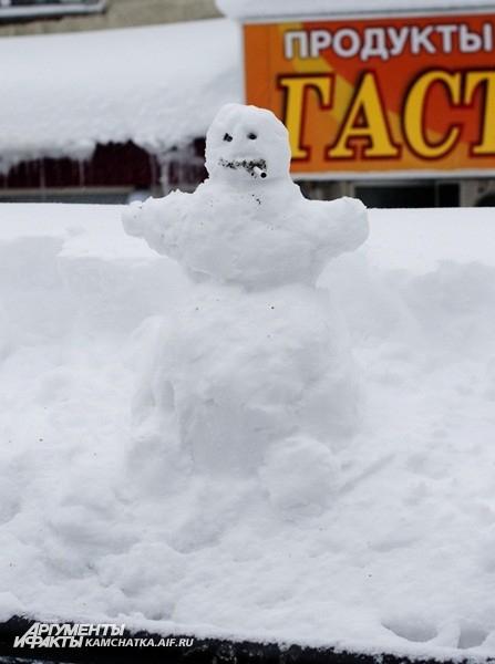 Даже снеговики нервно курят от такой погоды