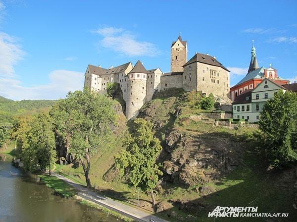 Маленький городок Локет в Чехии. 7,5 тыс. жителей. В этой крепости снимали фильм про Джеймса Бонда, а в самом городке любил отдыхать и работать Гёте