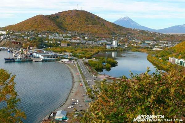 Вид на город с сопки Любви — одного из самых романтичных мест в Петропавловске (осень, 2012)