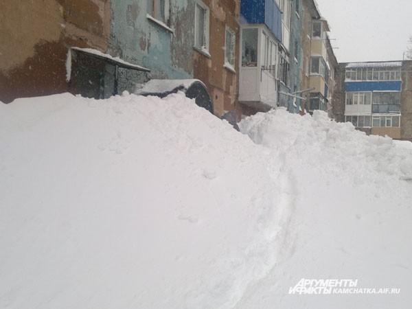 Первый этаж исчез под слоем снега