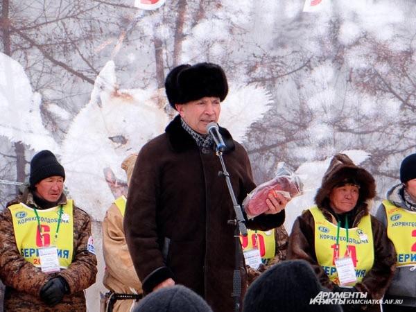 Глава Быстринского района Михаил Логинов дарит варежки, связанные приморцами, женщинам-каюрам.