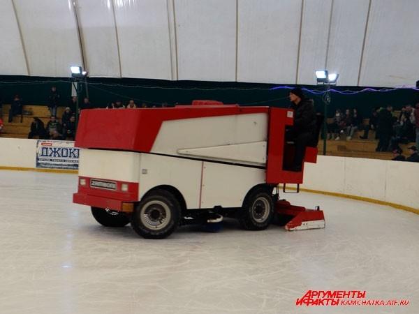 В перерыве лёд чистят специальной техникой