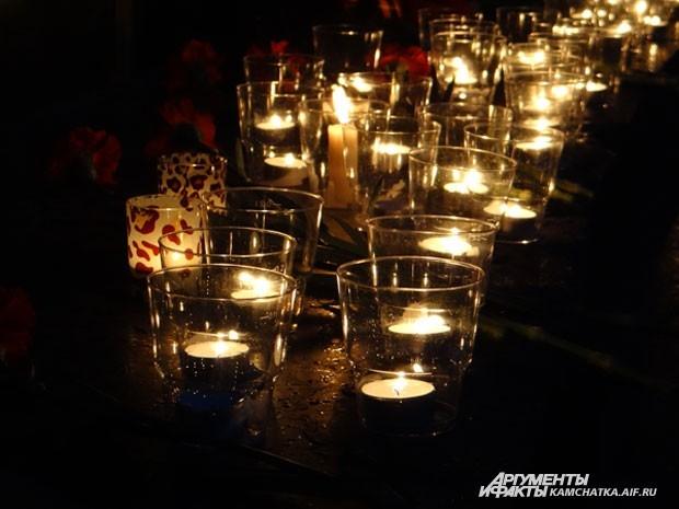 В знак благодарности — десятки горящих свечей