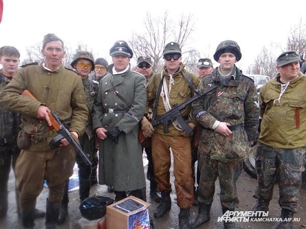Некоторые игроки были в оригинальной советской и немецкой форме