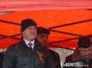 Глава Петропавловска Константин Слыщенко прячется от дождя под тентом