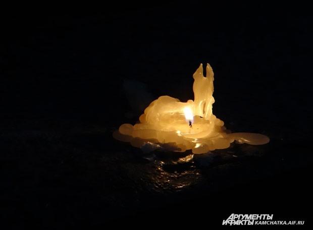 Огоньки горели как у мемориала, так и в сторонке от него