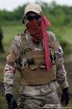 Красная повязка означает гибель бойца