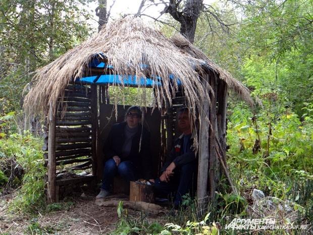 Туристы в ительменских хижинах