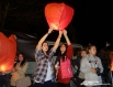 В память о погибших участники акции запускали в воздушные фонарики