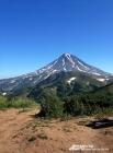 Вдали виднеется чуть заснеженная вершина Вилючинского вулкана