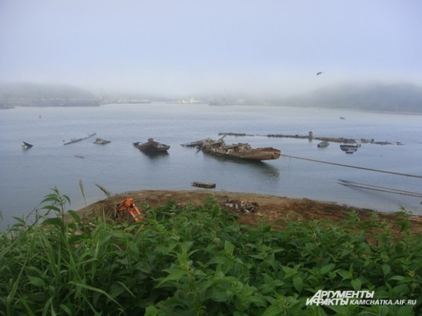 И берег бухты напоминает покинутое поле боя, на котором когда-то давно огромный флот проиграл битву со временем