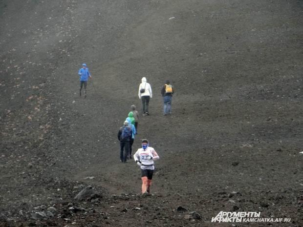 Пока одни поднимаются, другие спускаются. Спортсмены покоряли вулкан на скорость.