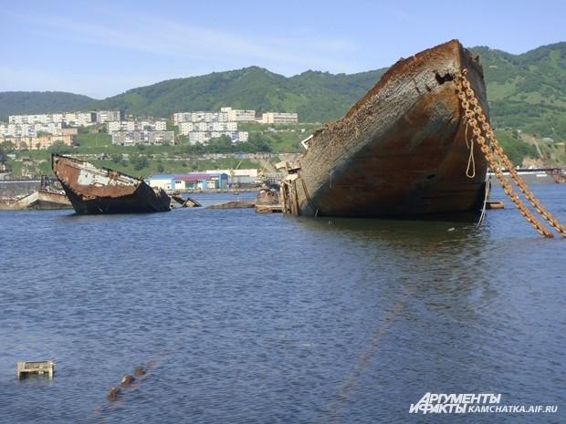 При подъёме кораблей со дна часто рвутся тросы, и всю работу приходится начинать сначала