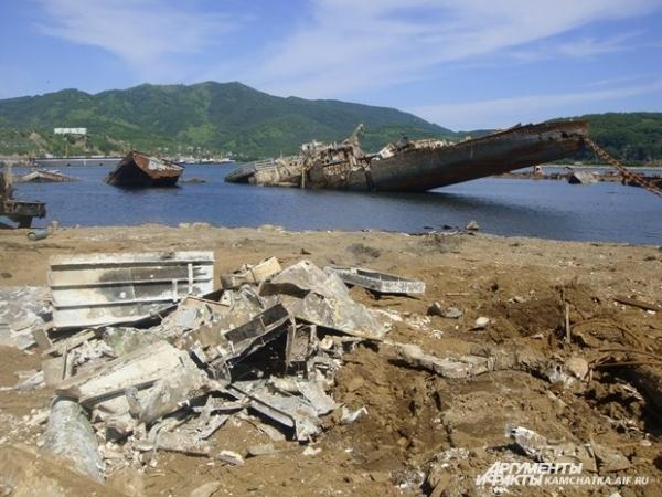На берегах также — горы металла и мусора
