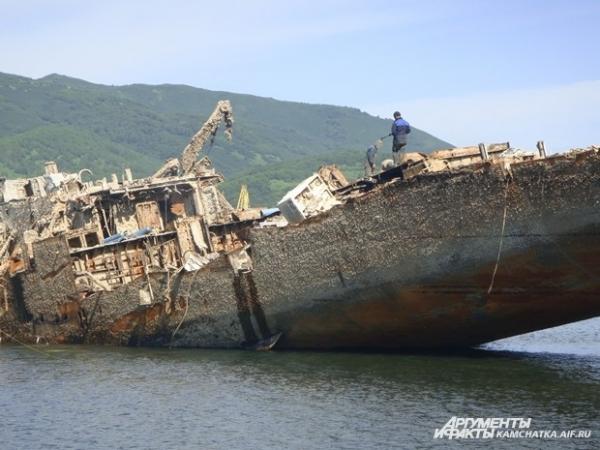 Над тем, чтобы вытащить его на берег, теперь работают многие люди
