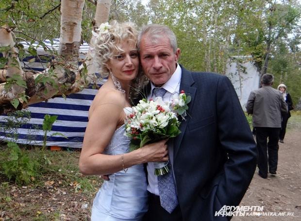 На ительменский свадебный обряд приехала посмотреть пара,которая в этот день отметила свою серебряную свадьбу