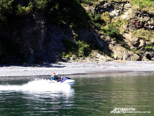 Бухта Тихая.  Акваторию бороздят не только лодки, но и водные мотоциклы