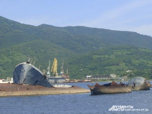 Погребённые на дне или торчащие из-под воды, корабли устилают практически всё дно