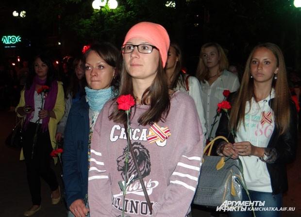 Цветы к мемориалу возложили сотни человек