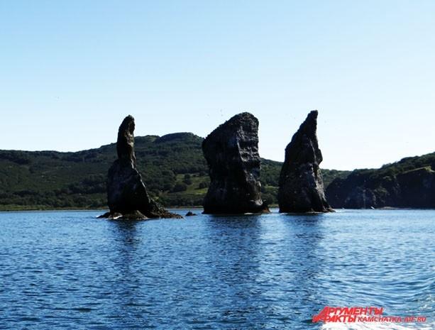 Знаменитые скалы Три брата охраняют вход в Авачинскую бухту
