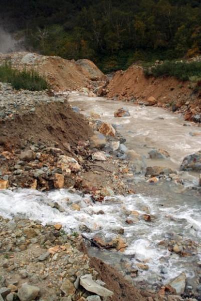 Потоки из озера устремились по руслу реки