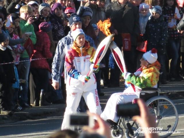 Людмила Аграновская передаёт пламя Ларисе Соболевой.