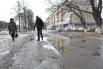 По проспекту Ленина практически не ходят, потому что местами он превращается в обычную лужу. Ходят люди по газону, чтобы ноги не мочить