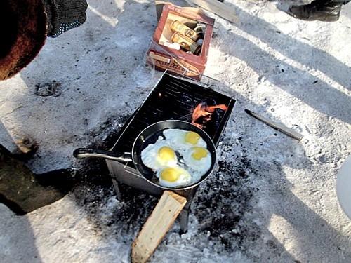 Организаторы Масленицы уверяют что на праздничную яичницу потратили больше тысячи яиц