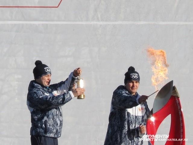 Затем камчатское пламя добавили в лампаду с Олимпийским огнём.