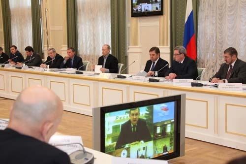 Премьер-министр России Владимир Путин на встрече с руководителями области.