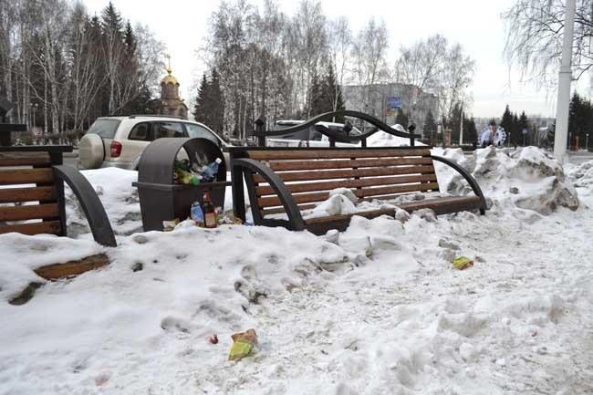 Такое впечатление, что возле бывшего дома ветеранов снег и мусор вообще не убирали всю зиму