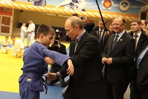Премьер-министр России Владимир Путин в рамках своего визита в Кузбасс посетил центр дзюдо.