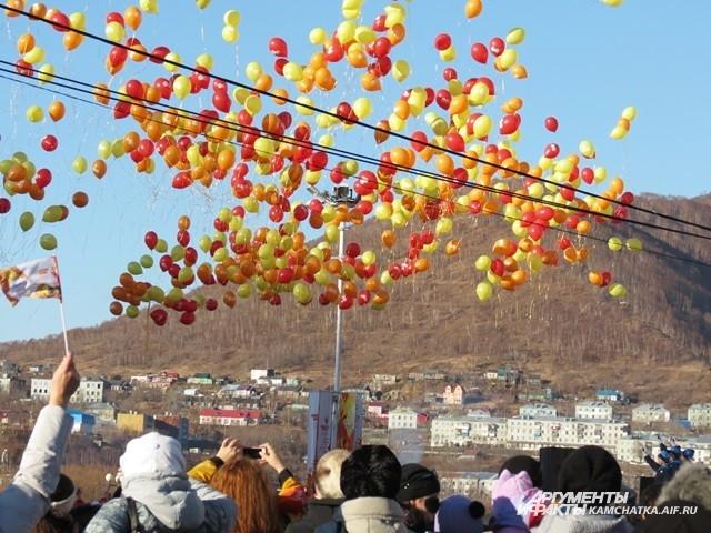 В конце праздника в небо запустили Олимпийские шары.