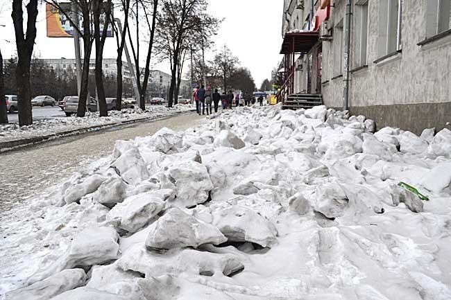 Тоже обычное дело. Если снег скинули с крыши, его, видимо, не обязательно убирать с улицы. Не важно же, как выглядит улица провинциального города