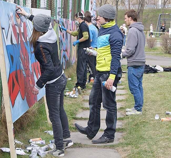 После того, как оформление трибун было завершено, 9мая впаркеим. маршала Жукова стартовал Сибирский граффити-контест, где были установлены 10специальных конструкций, накоторых граффитистысоревновались всвоем мастерстве.На фестиваль съехались ребята