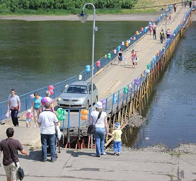 Мост способен выдержать и автомобиль