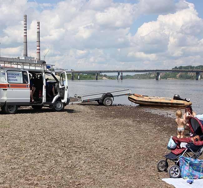 На берегу дежурят спасатели