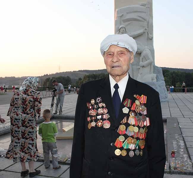 Почтить память однополчан пришел ветеран Великой Отечественной войны Яков Михайлович Воронков