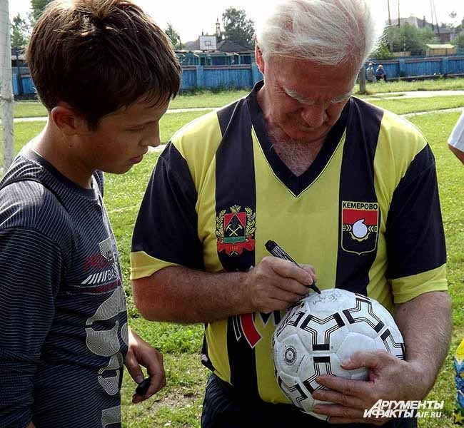 Легендарный футболист Виталий Раздаев не успевал в Яе раздавать афтографы юным спортсменам