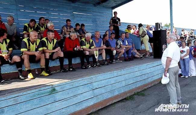 Ветеранов ФК Кузбасс приветствовали местные чиновники  из Яи