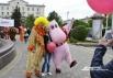 Клоун и бегемот охотно фотографировались с горожанами