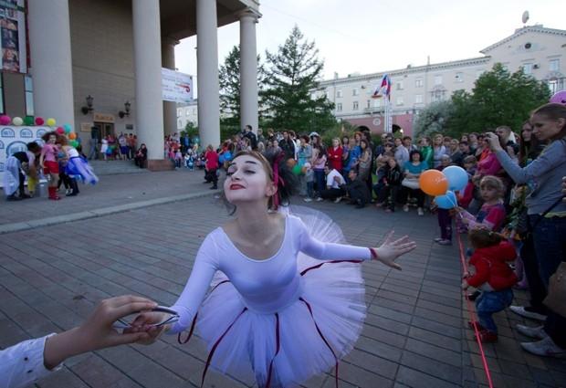 На площади у облдрамы артисты показывали спектакли в рамках фестиваля уличных театров