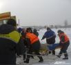 Алексей Чебаненко, медик «Кемеровской службы спасения», говорит, что случаи, когда человек проваливается воду, бывают довольно часто. К этой беде должен быть готов любой, кто появляется на реке или озере зимой. Если вы оказались в ледяной воде: во-первых,